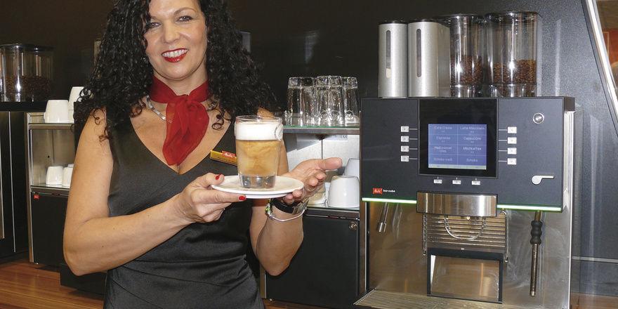 Die neue Version des Kaffeevollautomaten Bar-Cube von Melitta bietet alles, was das Bäckerherz begehrt. Möglich ist die parallele Verarbeitung von zwei Bohnensorten und zwei Schokovarianten.