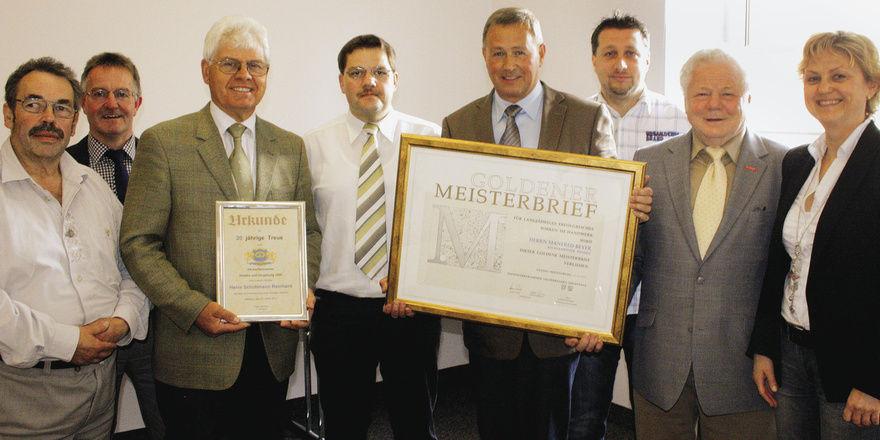 Die Geehrten mit den Gratulanten (von links): Hans Bäumler, Walter Beer, Reinhard Schuhmann, Wolfgang Schmid, Manfred Beyer, Manuel Neugirg, Alois Spitzer und Christa Neubauer-Kreutzer.
