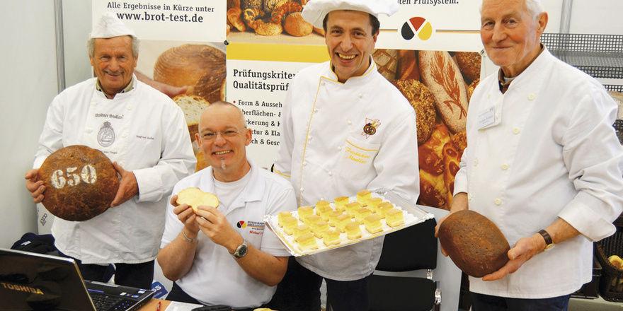 """Obermeister Henry Mueller (2. von rechts), Brotprüfer Michael Isensee (2.v.l.) und ihre Helfer machten die diesjährige Brotprüfung der Innung auf der Verkaufsausstellung """"Kulinaria & Vinum"""" zu einem Erlebnis für Gourmets."""