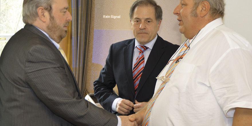 LIM Wolfgang Laudenbach (von rechts) und Verbandsgeschäftsführer Helmut Münch dankten MdL Heinz Untermann (FDP) für seine kritischen Anmerkungen zur Novelle des Thüringer Ladenöffnungsgesetzes.