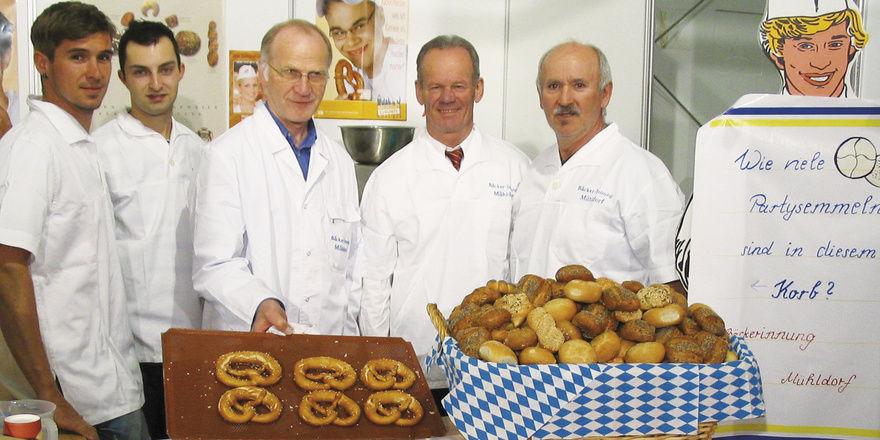 Informierten über Ausbildungsmöglichkeiten im Bäckerhandwerk (von rechts): Obermeister Egbert Windhager, Kreisgeschäftsführer Anton Steinberger, Hartmut Pötzsch, Stefan Wagner und Markus Windhager.