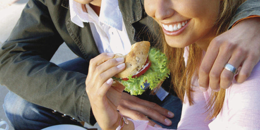 Leicht und bekömmlich soll es sein: Frauen richten sich bei ihrer Ernährung sehr oft nach ihrer sozialen Geschlechterrolle.