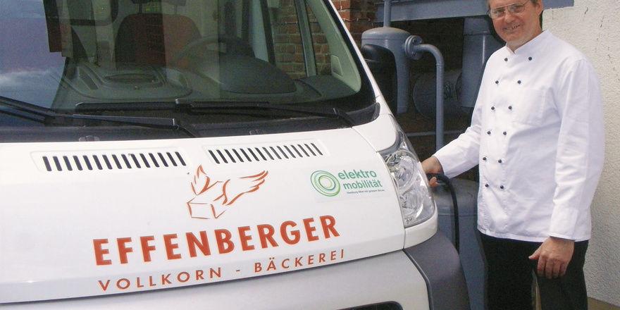 Tanken per Stromkabel: Bäckermeister Thomas Effenberger kann seine vier E-Mobile direkt vor der Tür aufladen. Info-Veranstaltungen gehören mit zum Alltag in der Vollkornbäckerei.