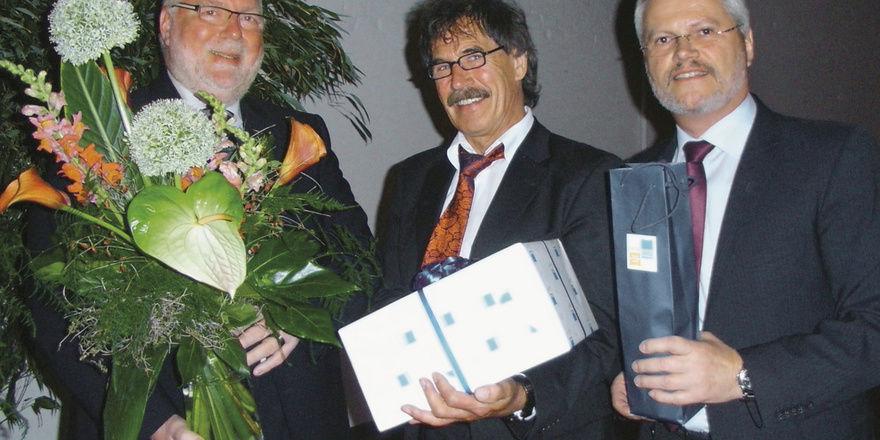 Verabschiedung von Aufsichtsratsmitglied Wolfgang Mohr (M.) durch den AR- Vorsitzenden Klaus Borchers (li.) und Vorstandssprecher Norbert Hupe.