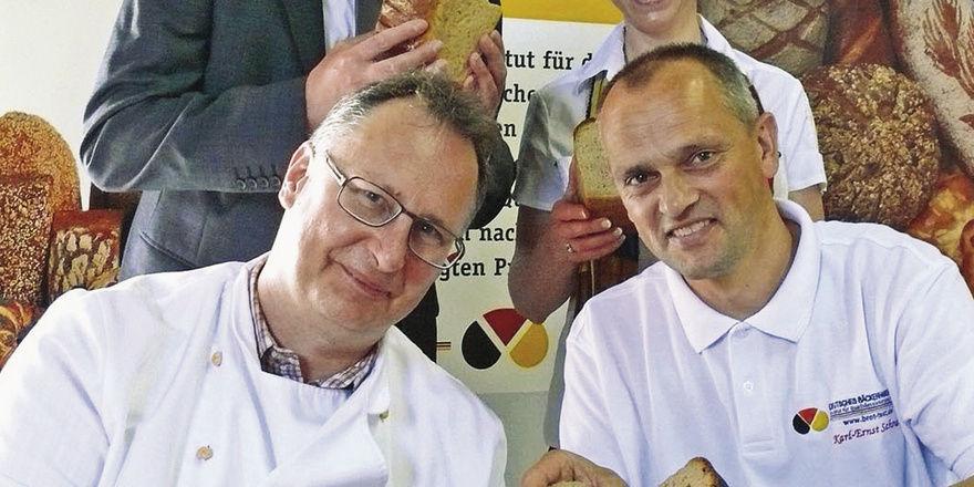 Brotprüfer Karl-Ernst Schmalz (rechts) und Ober- meister Detlef Kunkel mit Ludger Westermann, Geschäftsstellenleiter der KHS Hellweg-Lippe und Bäckermeisterin Andrea Rüsing.