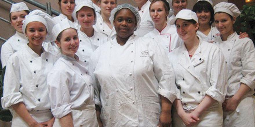 Die 14 Münchner Teilnehmerinnen an der Ecole de Boulangerie et Patisserie mit Praxislehrerin Dominique.
