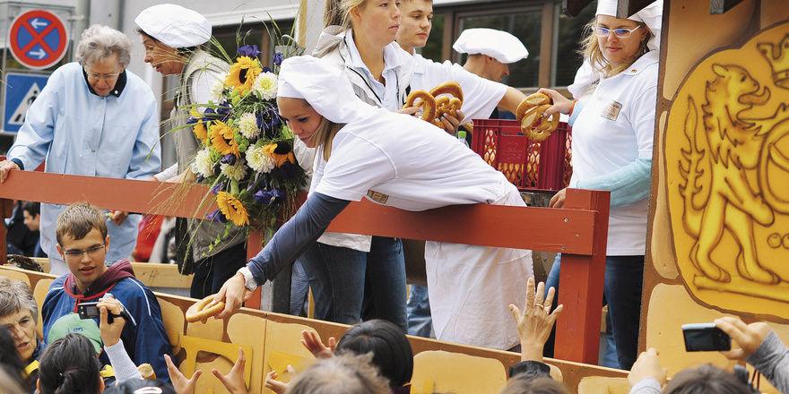 Zum Burgfest gab's ein spezielles Brot – geschmückt mit LisaI. - und beim Umzug wurden aus dem Wagen der Bäckerei Hees Brezeln und Croissants verteilt.