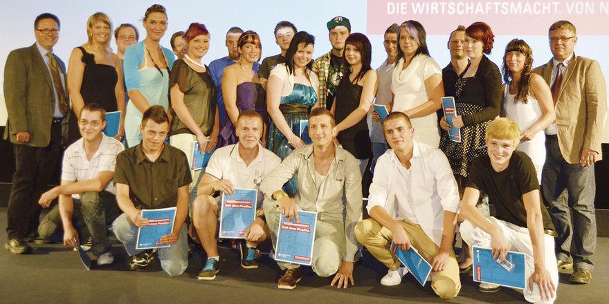 Obermeister Jens Herzog konnte bei der zentralen Freisprechungsfeier insgesamt 15 Junggesellen sowie 29 jungen Fachverkäuferinnen ihre Gesellenbriefe bzw. Abschlusszeugnisse übergeben.