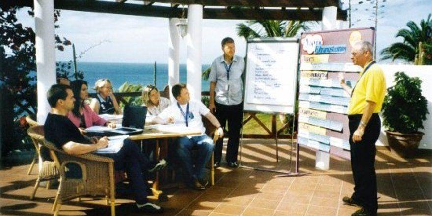 Weiterbilden auf Fuerteventura: Ralf Lohe (l.) und Manfred Rumi (2.v.r.) mit Seminarteilnehmern auf der Kanareninsel.