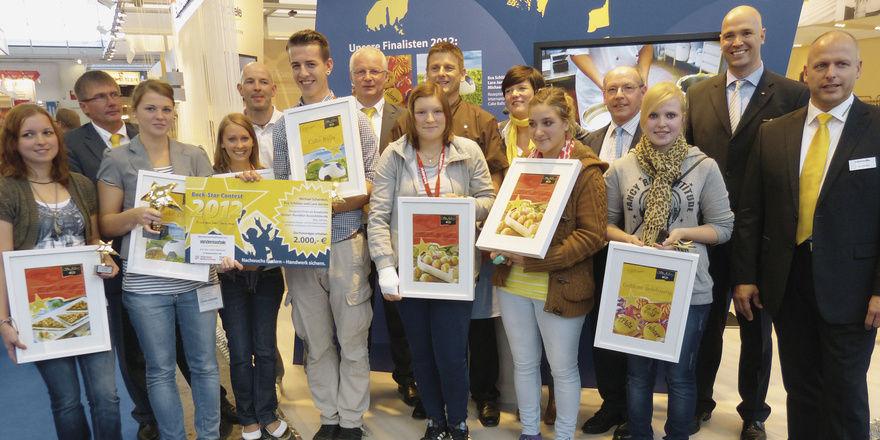 Die Back Stars 2012 (mit Sieger-Scheck) mit den vier anderen Finalisten, der Jury und den Veranstaltern.
