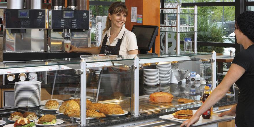 Siebträgermaschine oder Vollautomat – beide Systeme haben ihre Vorzüge. So kann der Kaffeevollautomat auch in Selbstbedienung eingesetzt werden und verringert Personalkosten.