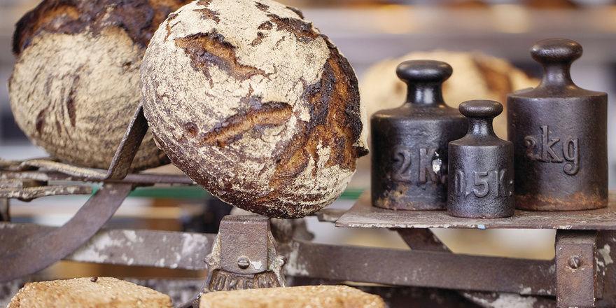 Gleiche Gewichtsklasse: Eichbeamte sollen nach einem Urteil Brote nach dem Gewicht zusammenfassen.
