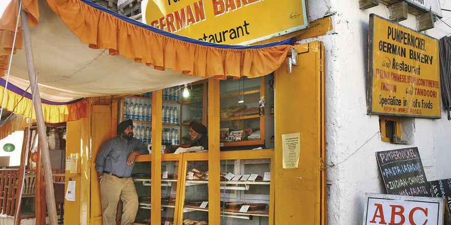 """Die """"Pumpernickel German Bakery"""" gibt es seit 20 Jahren. Hinter der Theke steht Turban- und Schnauzbartträger Rajinder Singh, ein indischer Sikh. Die Backwaren bringt ein Fahrradkurier."""