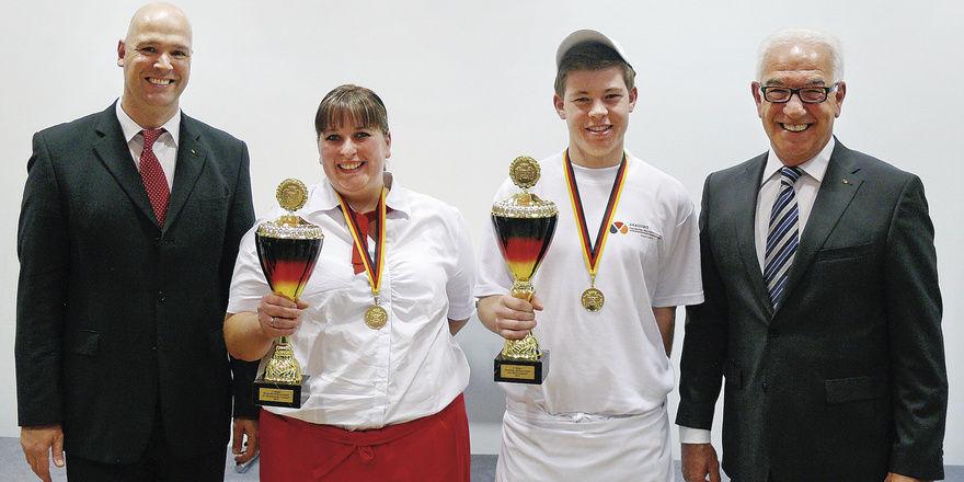 Bernd Kütscher (l.) und Wolfgang Schäfer (r.) gratulieren Michaela Kohlen und Maximilian Raisch zum Sieg.