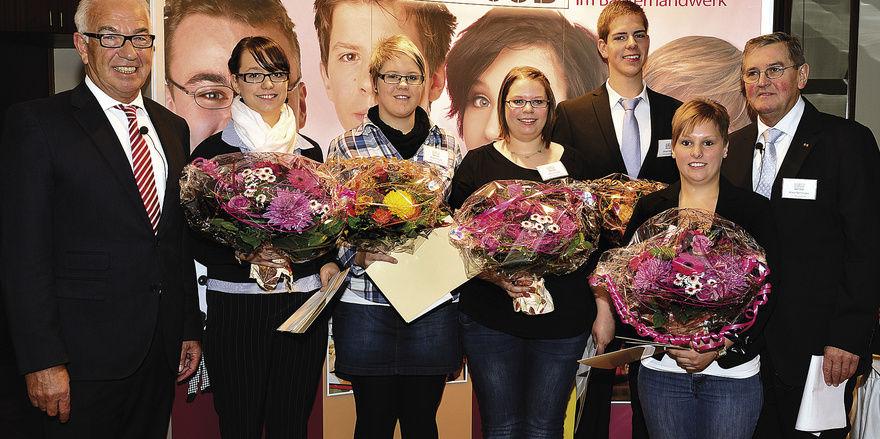 Ehrung der Landessieger (von links): LIM Wolfgang Schäfer, die Verkäuferinnen Mareike Klaß (3.), Nicole Karger (2.) und Stella Romane Schabét (1.), Bäcker Michael Streng (1.), Natascha Fritsche (3.) und stellv. LIM Klaus Nennhuber.