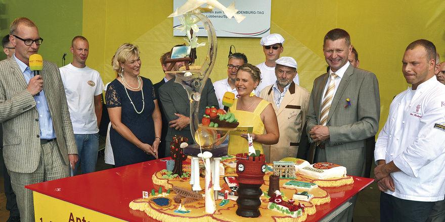 """Bei der werbewirksamen Präsentation des Landeskuchens durch die Antenne-Brandenburg-Moderatoren hat sich in mehrfacher Hinsicht die """"Creme de la Creme"""" versammelt."""