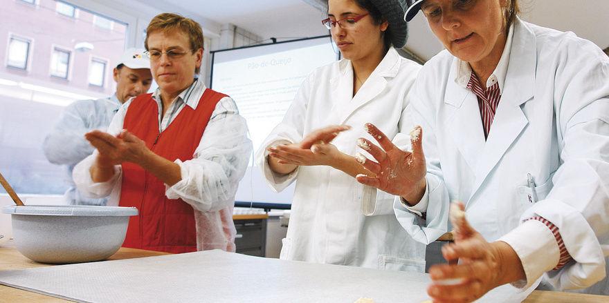 Dr. Ortencia Gonzales (rechts) demonstriert das Formen der brandteigähnlichen Masse für die Käsebrötchen.