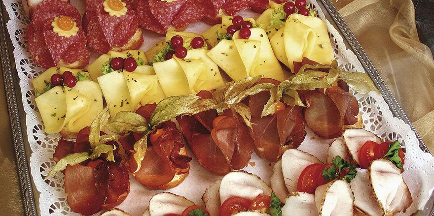 Bei Canapees kann der Kreativität freien Lauf gelassen werden: Durch Wurst und Schinken sind häufig Hauptzutaten dieser Snacks. Foto: K rieger-Mettbach