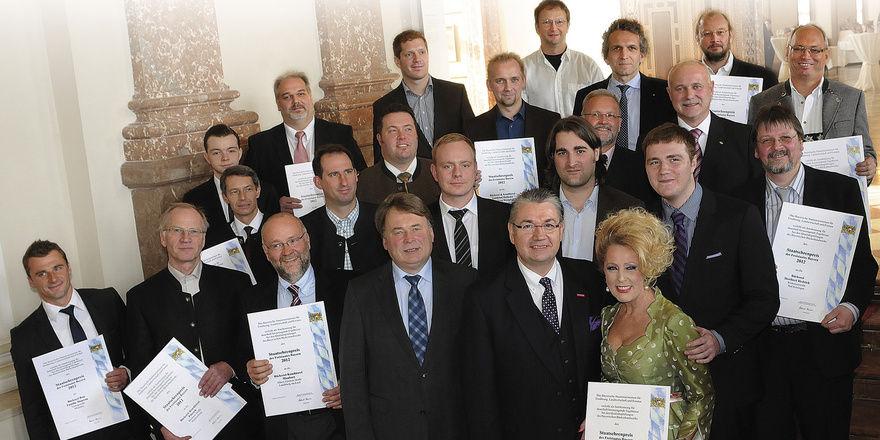 Alle Preisträger: In der vorderen Reihe rechts Landesinnungsmeister Heinz Hoffmann mit Ehefrau Helga und Staatsminister Helmut Brunner.