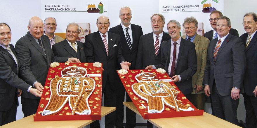 Minister Garrelt Duin (6.v.l.) und Staatssekretär Dr. Horzetzky (8.v.l.) mit LIM Heribert Kamm (Bäckerinnungsverband Westfalen-Lippe, 7.v.l.), Preisträger des Vorjahres Reinhold Schulte (Vorstandsvorsitzender Signal Iduna, 5.v.l.) sowie die Vorstandm