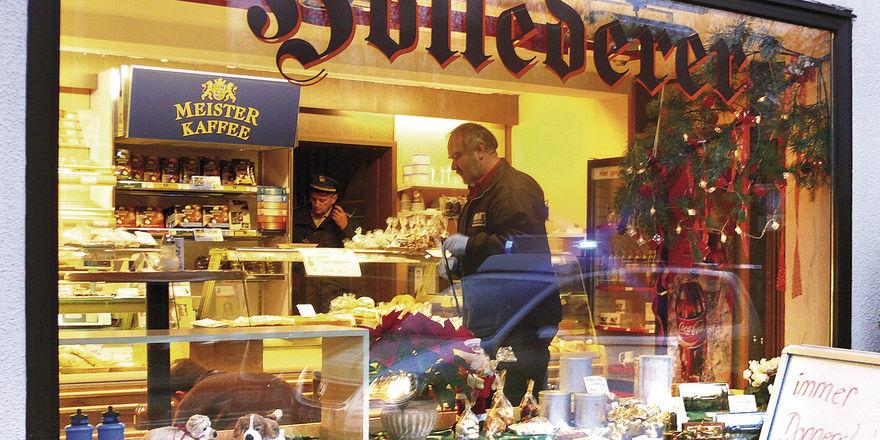 Fahnder in einer der Bäckerei-Filialen in Franken, die vom Bäckerei-Räuber heimgesucht wurden.