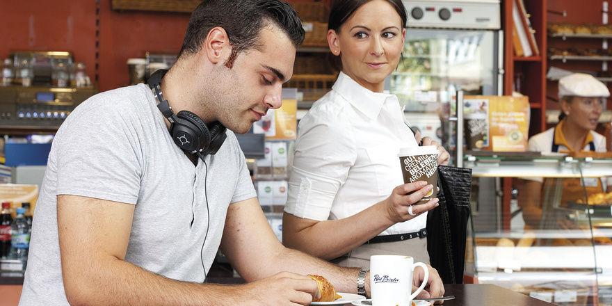 Ob in der Bäckerei oder Tankstelle: Männer trinken tendenziell häufiger Coffee-to-go als Frauen.
