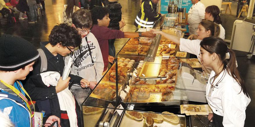 Alle Hände voll zu tun: die Fachverkaufs-Azubis Christina Szabo und Alexandra Deinzer (r. v. vorn) an der Theke der Gläsernen Bäckerei.