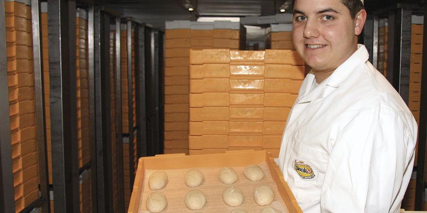 Sehr zufrieden ist Bäckermeister Jakob Plank mit seinen Schnittbrötchen, die im Plus-Bereich geführt werden. Die Energie aus den Anlagen wird über einen Wärmetauscher (rechts) in Pufferspeicher geleitet.