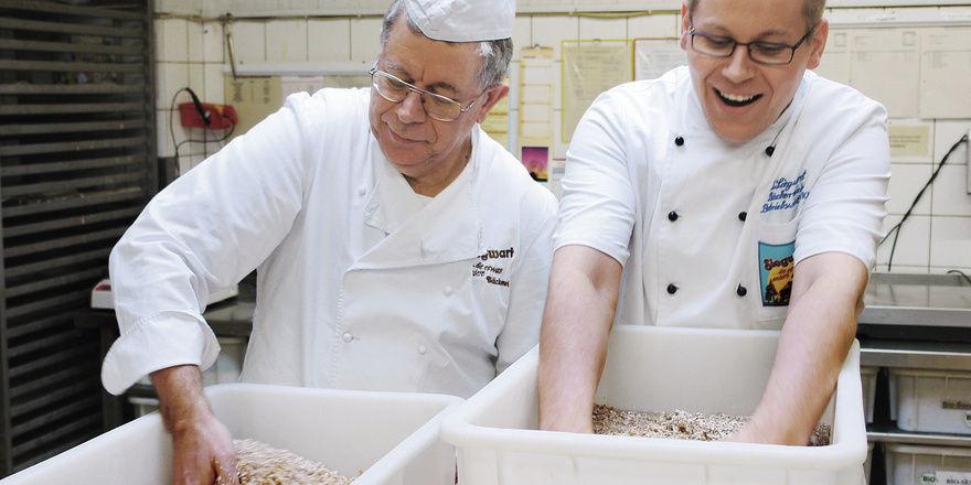 Handarbeit in der Bäckerei Siegwart in Offenburg.