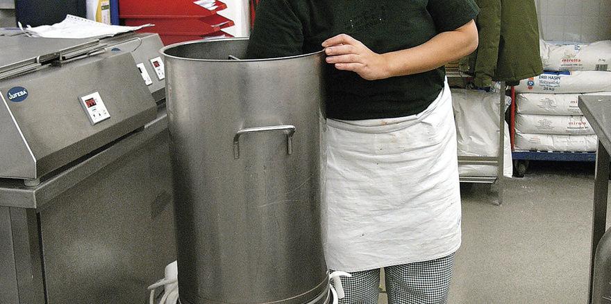 Szenecafé mit angeschlossener Produktion in der ehemaligen Fischhalle: Backstubenleiterin Yukimi Nishizawa arbeitet bei der Sahneherstellung mit dem Cream King von Hagesana.