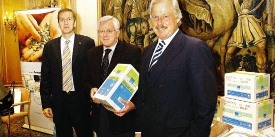 """Das große Eigenmarken-Sortiment ist ein starkes Standbein der Bäko (von rechts): Lutz Henning (Vorstandsvorsitzender), Lutz Leiskau (Marketing-Leiter), Jost H. Budtmann (Geschäftsführer). <tbs Name=""""foto"""" Content=""""*un""""/>"""