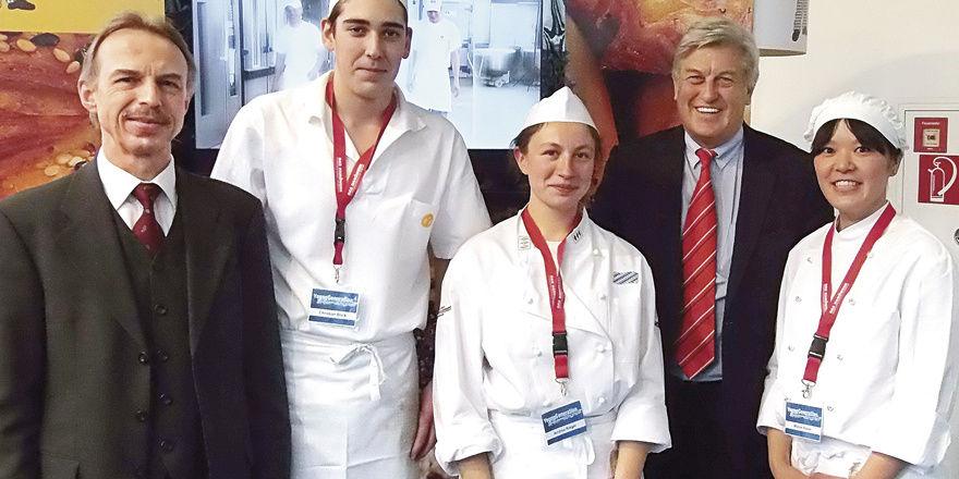 "Gute Stimmung am Bäcker-Stand in der ""YoungGeneration"" auf der IHM (von links): LIV-Geschäftsführer Dr. Wolfgang Filter, Christian Böck, Andrea Rieger, ZV-Präsident Peter Becker, Mizue Nakai."