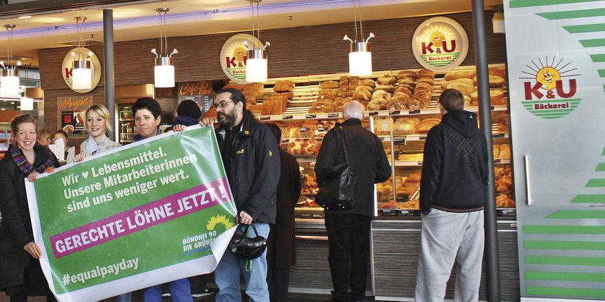 """Die Grünen haben am """"equal pay day"""" mit einer Aktion vor der K&U-Filiale im Freiburger Bahnhof für Lohngerechtigkeit und die Rückkehr der Edeka-Tochter in die Tarifbindung demonstriert."""