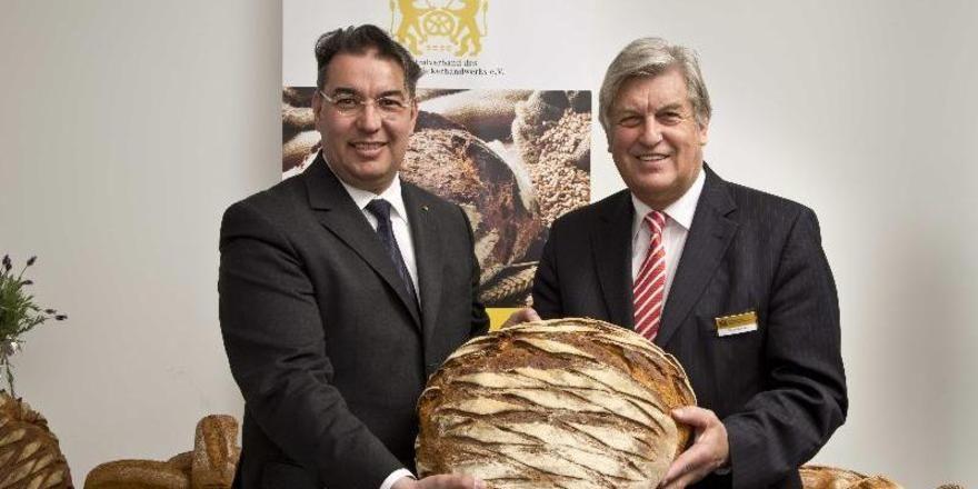"""HGF Amin Werner (links) und ZV-Präsident Peter Becker: Am 12. Juni ist der """"1. Tag des Deutschen Brotes""""."""