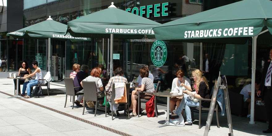 Starbucks will in Deutschland künftig mit Autoschaltern vorankommen.