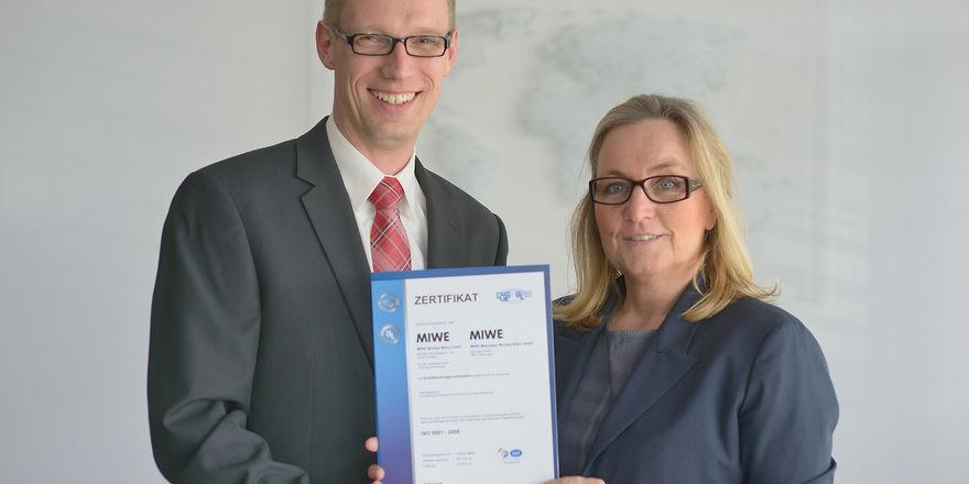 Sabine M. Wenz, Geschäftsführerin Miwe und Christian Wirsing, Leitung Qualitätsmanagement halten stolz die Urkunde. Foto: Miwe