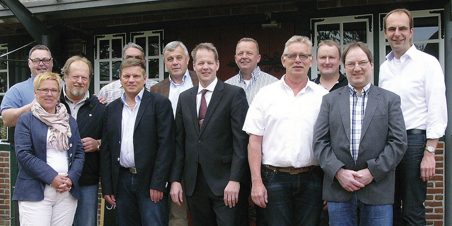 Stellen sich fürs Foto auf: Obermeister Martin Martensen (Mitte) und Vorstandskollegen der Innung Nord. Foto. Hoenig