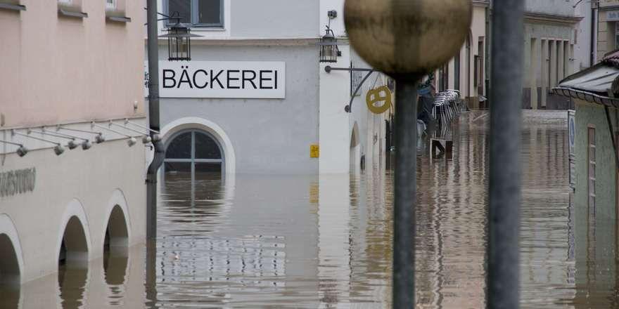 Das Wasser steht bis an die Decke einer Bäckerei in der Passauer Innenstadt.
