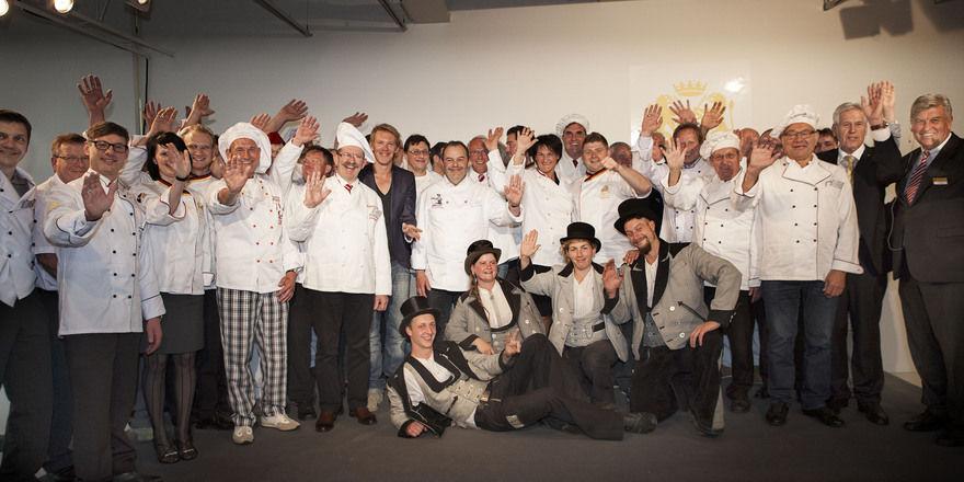 Haben sichtlich Spaß: Bäcker in ihrer Kluft, Botschafter und Verbandsvertreter feiern in Berlin.