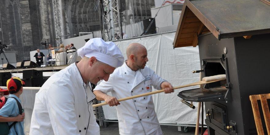 Obermeister der Bäcker-Innung Markus Zimmermann und sein Vorstandskollege Mathias Ecke beim Brotbacken.
