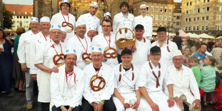 Repräsentierten ihr Handwerk stolz vor tausenden Wagner-Fans die Nürnberger Bäcker mit den Metzgerkollegen vor der Frauenkirche.