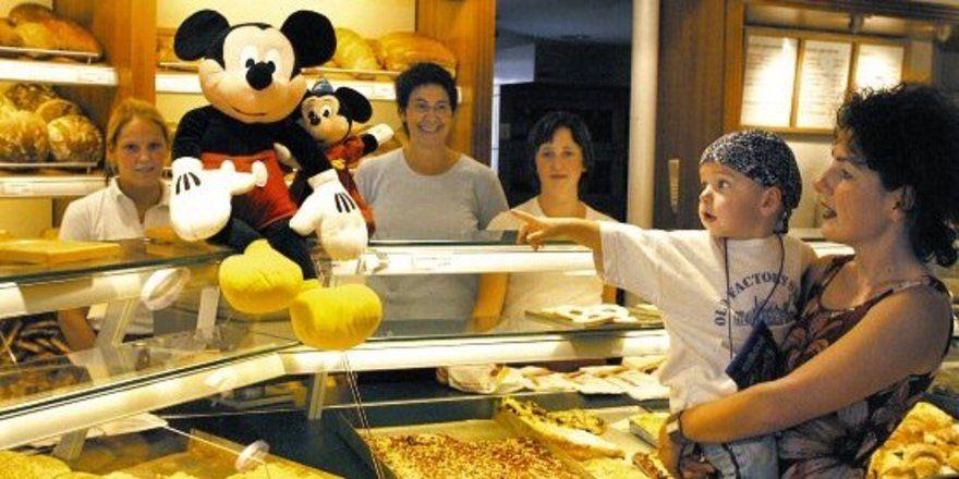 Ganz begeistert war Lukas (2) von der Micky-Maus auf der Theke der Günzburger Bäckerei Reiter.