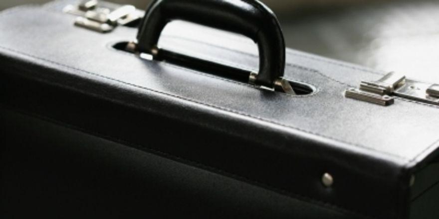 Ein einsamer Koffer ist immer verdächtig. Schließlich kann er Sprengstoff Rauschgift - oder Mehl beinhalten. Rainer Sturm /pixelio.de