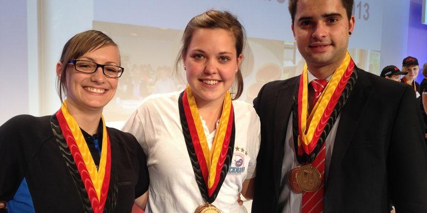 Die Freude ist ihr ins Gesicht geschrieben: Franziska Baader (Mitte) mit den beidne Platzierten.