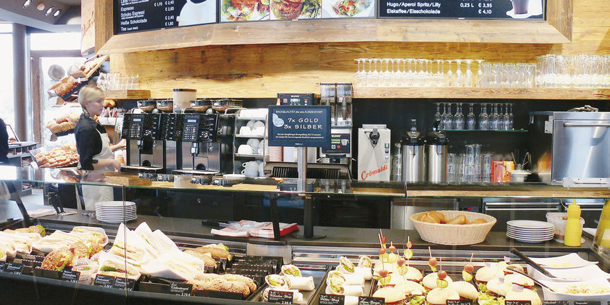 Das Brot & Kaffeehaus in Ruhpolding ist ein rundum gelungenes Konzept mit hochwertigem Imbiss- und Kaffeeangebot. Trotzdem stehen die Backwaren im Vordergrund – auch als Basis für Snacks.