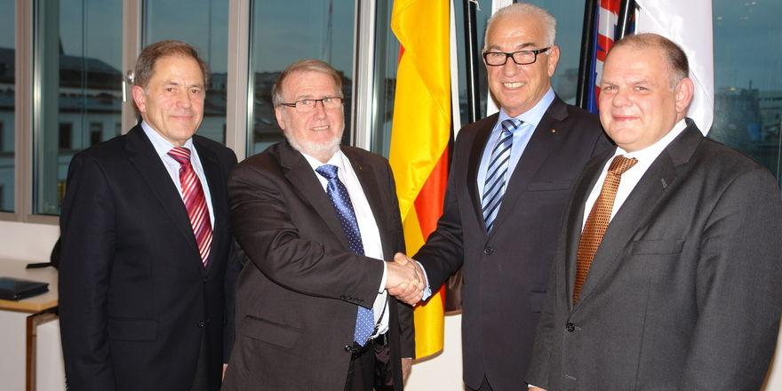 Die beiden Landesinnungsmeister Willi Renner (Mitte links) und Wolfgang Schäfer (Mitte rechts) besiegeln die neue Verwaltungsstruktur, mit dabei die Geschäftsführer Helmut Münch und Stefan Körber (rechts).