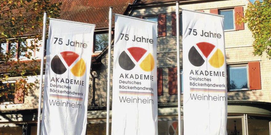 Rund 6000 Meister hat die Akademie Weinheim seit ihrer Gründung im Jahr 1938 ausgebildet. Oben ein Kurs von 1956, unten die Absolventen von diesem Jahr.