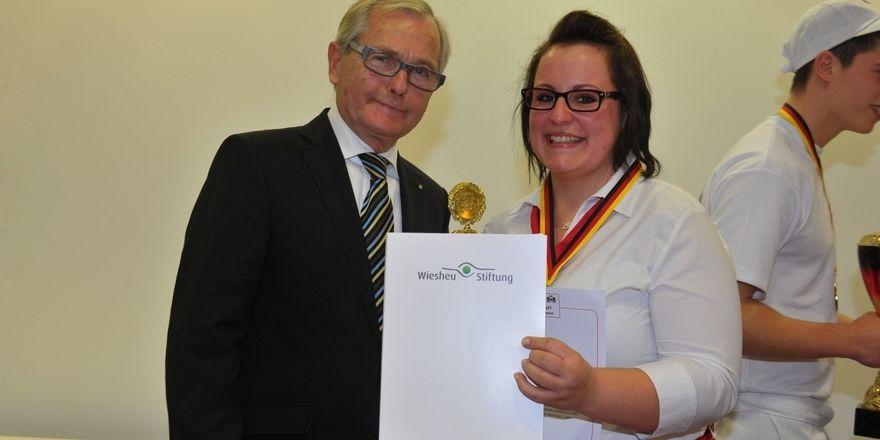 Die beste Bäckereifachverkäuferin 2013 Carina Uphoff mit preis und Stifter Karlheinz Wiesheu.
