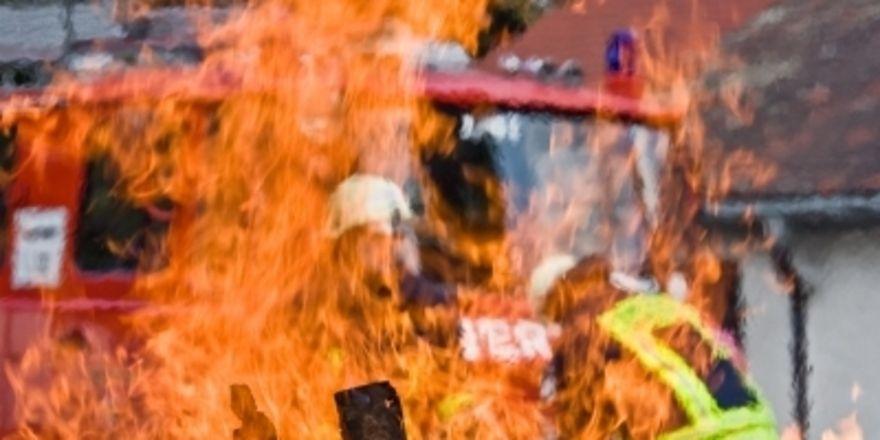 Bei der Monheimer Hefefabrik stand die Lagerhalle in Flammen. Pixelio.de/Michael Hirschka