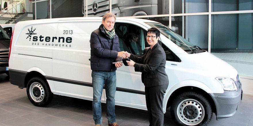 Frank Hopstein, Geschäftsführer des Wettbewerbsveranstalters Marketing Handwerk, nimmt den Hauptpreis in Empfang, der im März 2014 an den Stern des Handwerks übergeben wird.